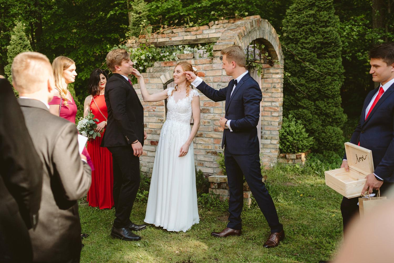 Ślub w plenerze przy lesie Martyna i Olek 33